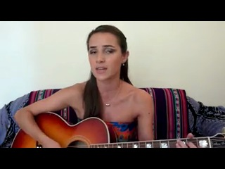 Девушка играет на гитаре и поет песню Шакиры.